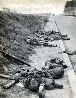 1940 - IJzerlinie Het tijdelijke graf van een gesneuvelde verdediger. Op de achtergrond de rivier en in het midden van de foto de stellingen waar de jonge solda
