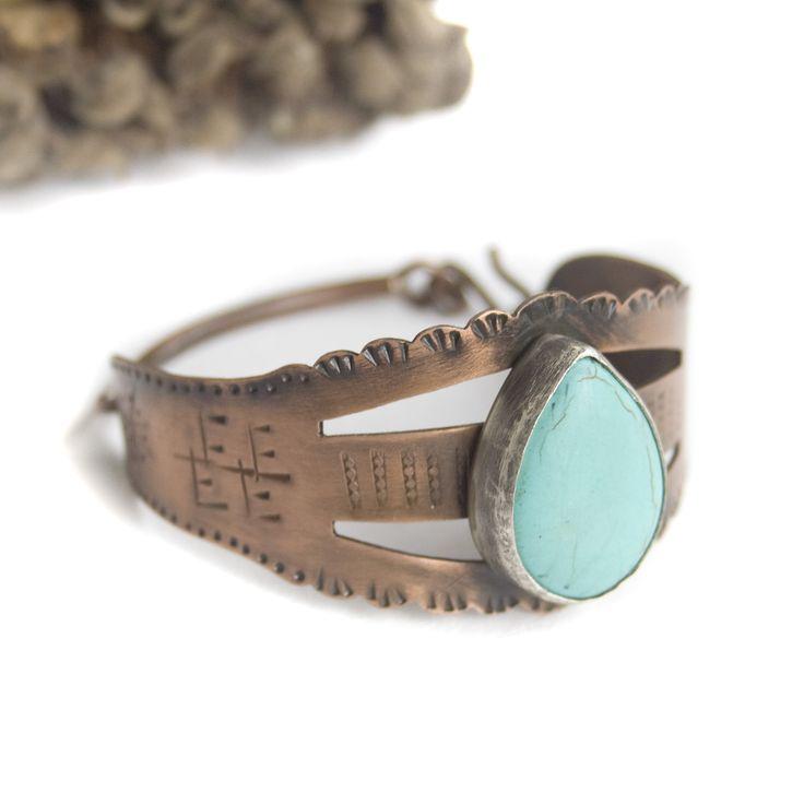 Esta pulsera, totalmente repujada, está hecha en cobre y tiene una piedra turquesa en su parte delantera. Toda la superficie ha sido envejecida para darle un acabado rústico y especial.Puedo hacerla en tres tamaños (la medida a continuación pertenece al diámetro interno de la pulsera) :Pequeño: 5.7 cm Mediano: 6.5 cm Grande: 7 cm Esta pulsera se hace a medida y, una vez hecha la compra, me pondré en contacto con vos para informarte acerca de la fecha de envío.Está