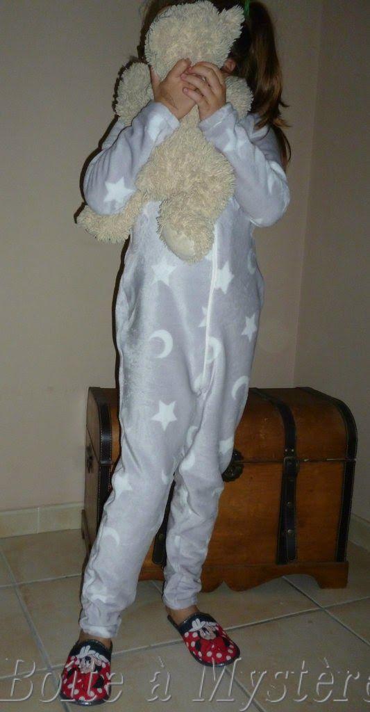 Combinaison sur-pyjama pour enfant en tissu doudou gris avec fermeture éclair : patron maison à partir du pull Leonora de La Maison Victor