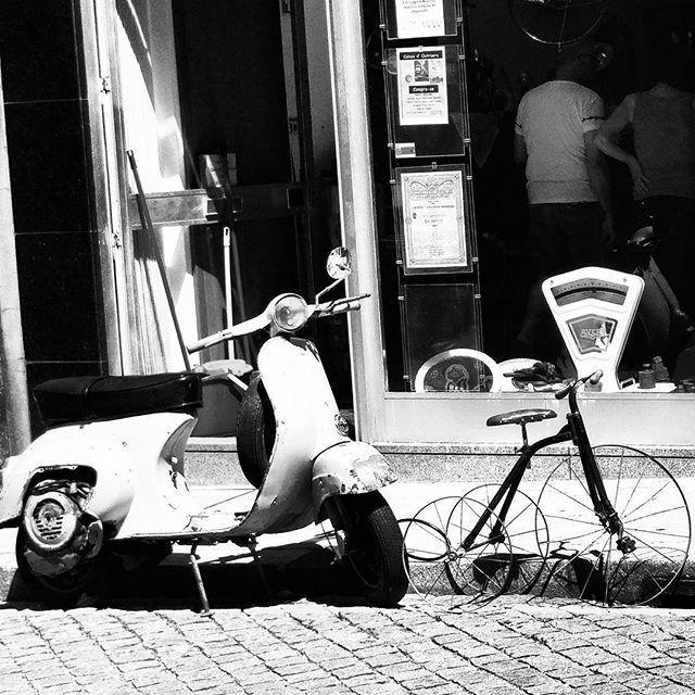 [...] y a la puerta esperando la bicicleta inmóvil porque sólo de movimiento fue su alma y allí caída no es insecto transparente que recorre el verano, sino esqueleto frío que sólo recupera un cuerpo errante con la urgencia y la luz, es decir, con la resurrección de cada día.  Pablo Neruda, 1956, Oda a la bicicleta  Photo by: @eli_n5