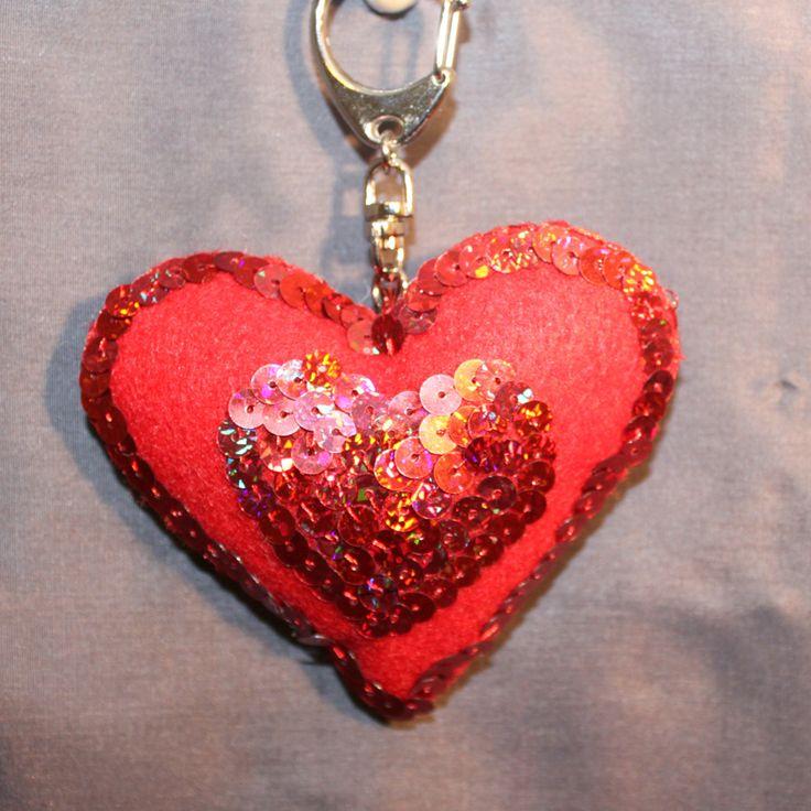 """Schlüsselanhänger aus Filz (Idee mit Anleitung – Klick auf """"Besuchen""""!) - Damit Papa immer weiß, wie sehr er geliebt wird, bekommt er diesen süßen Herz-Schlüsselanhänger! Ein herziges Geschenk zum Vatertag – kinderleicht selbst gebastelt!"""