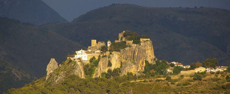 Guadelest, a poco más media hora de Finca Seguró, es un pequeño pueblo con encanto, ubicado en la Sierra Aitana. Es una visita que no puedes dejar de hacer ¡te encantará!