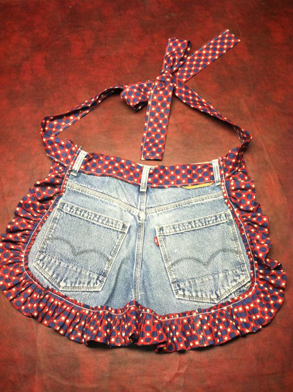 Upcycled jeans into aprons. Solo modelo.