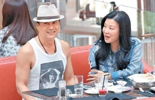 Married to businesswoman Yang Xiaojuan for 14 years, Ray Lui continues to behave lovingly with his wife in public.