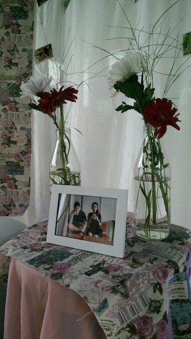 Botol Susu, Garbera, Chrysant dan rumput liar sebagai pemanis photo booth di pesta perkawinan dengan concept Outdoor Wedding. Dekorasi oleh @infinita_8