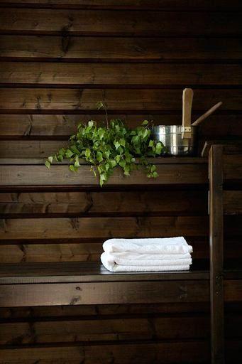 Domargård - Villa Olivia -blogista tuttu Sanna maalasi mökkisaunaansa lämpimän tunnelman Supi Saunavahalla ja Muuri-maalilla. Vanha sauna sai uuden elämän mustanruskealla ja saunamuuri modernin ilmeen haalean harmaalla.