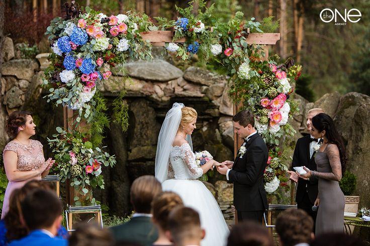 счастливые молодожены, свадьба, церемония, декор, свадебная арка, Экзотический декор.свадебная церемония, фотосессия, платье, невеста, жених. the happy couple, wedding, ceremony decor, wedding arch, wedding ceremony, photoshoot, dress, bride, groom. Exotic decor.