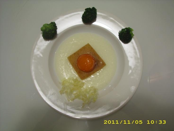 Uovo Marinato  su letto di fonduta e crostino croccante, accompagnato da cavoli saltati