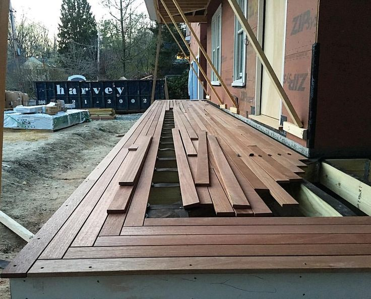 """Johnny H sur Instagram: Farmers porch at #dudleydig is shaping up nice!!! We introduced a little herringbone detail where the decking changes direction. I'm loving it!!! Ingredients for epic deck: •5' pre-cast footings; 18""""x18"""" top •2x8 PT joists covered w/ 30lb felt •1""""x4"""" Mahogany decking •Simpson EB-TY Hidden Deck Fasteners Herrigbone detail on direction change Results: a deck not like any on the street, special, unique, something w/ character. Make everything u build special, even if no…"""