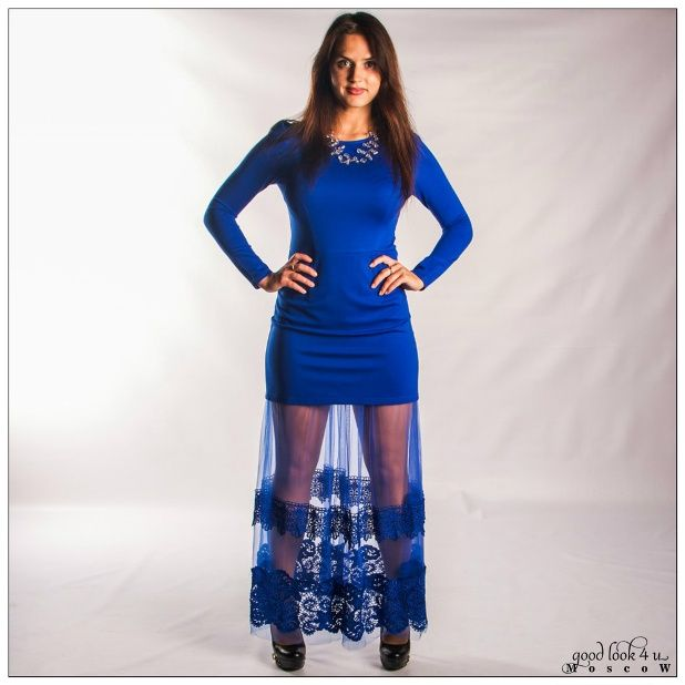 Платье Valentino с юбкой из кружева и сетки. Длинное вечернее платье цвета ультрамарин. Юбка выполнена из кружева и сетки, что позволяет одновременно показать и завуалировать ножки своей обладательницы. Застегивается платье сбоку на молнии, разрезов нет. Легкая, красивая и удобная модель платья. Платье смотрится нарядно и эффектно и  выгодно подчеркивает фигуру. Выбирая это платье, Ваш образ гарантированно будет уникален. #платьявналичии #стильнаяодежда #платьявечерние  #одежда #валентино