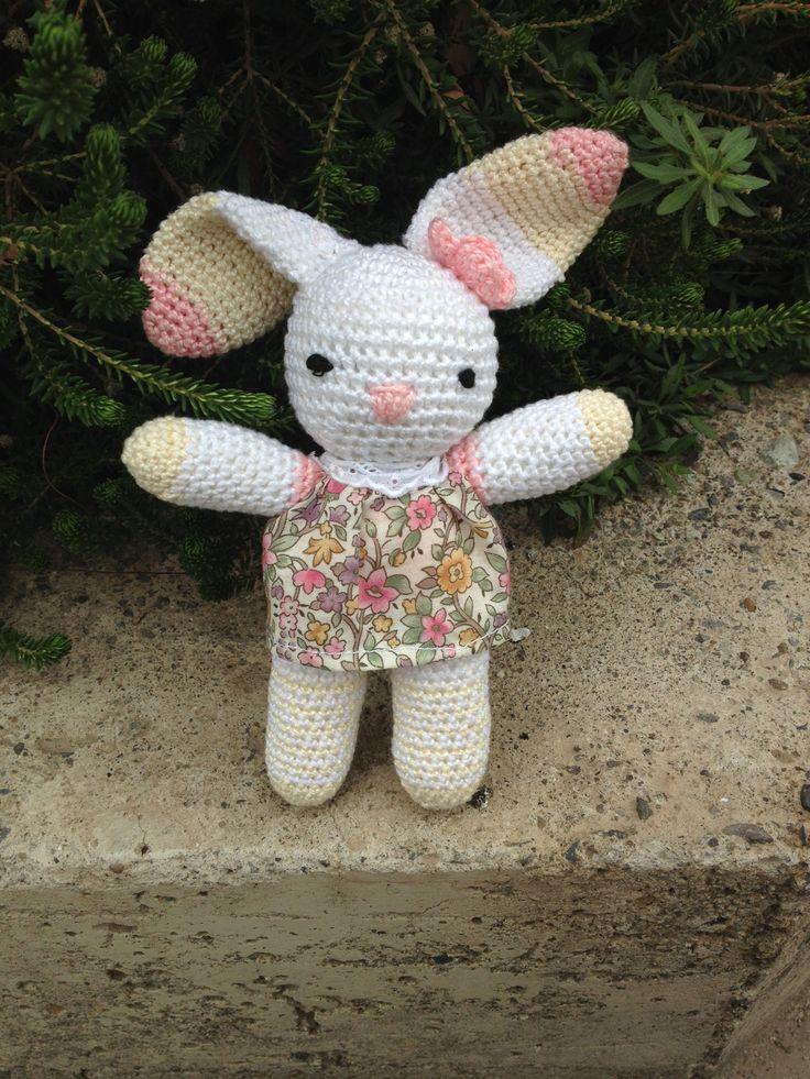 """Primer amigurumi, hecho con patrón de """"Conejita Emma"""". Crochet 2.5 mm hilo Cisne Pescadora Tela vestido Liberty London"""
