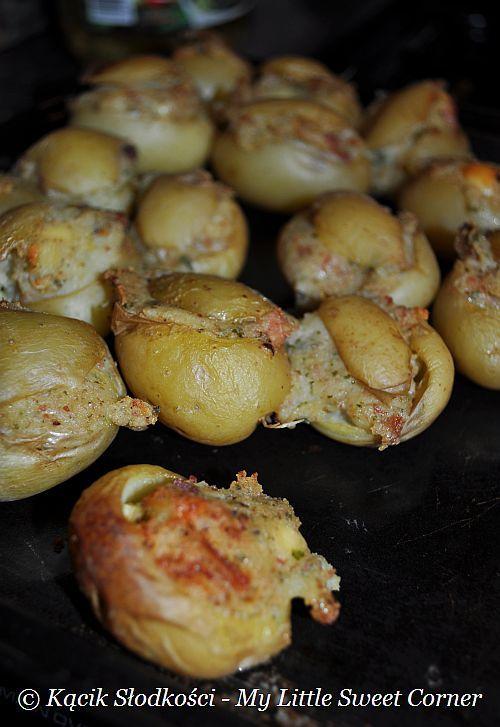 Dzisiejsze danie to doskonała przekąska albo też dodatek do każdego przyjęcia. Są to malutkie ugotowane ziemniaczki, wydrążone, a następni...