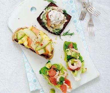 Smörrebröd med matjessill, krispig fänkål och brynt smörcrème eller äggröra med lax och picklad gurka är två goda kombinationer. Små krispiga salladsblad fyllda med räkor, avokado och blodgrape blir ett friskt tillskott. Välj en eller flera och servera i påsk!