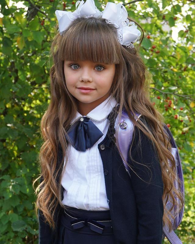 Menina Mais Bonita Do Mundo Vai A Escola Pela Primeira Vez E