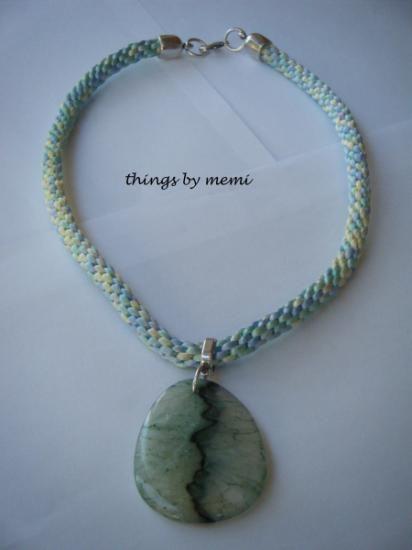 Collar realizado con disco kumihimo, cola de ratón tonos pastel verde y gran colgante de piedra natural Agatha verde, único.