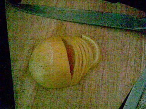 Εξαιρετική συνταγή για Γλυκό κουταλιού με ολόκληρο πορτοκάλι. Γλυκό του κουταλιού απο όλοκληρο πορτοκάλι!  Λίγα μυστικά ακόμα  Αυτό το γλυκό έχει διαφορετική τεχνική, πρέπει να ζυγίσουμε με ακρίβεια τα πορτοκάλια με τη ζάχαρη να είναι σε ίδια ποσότητα. Και ποτέ δεν ζυγίζουμε τα πορτοκάλια πρίν τα βράσουμε πρώτα! Δεν προσθέτουμε καθόλου νερό γιατί το πορτοκάλι βγάζει τα δικά του υγρά. Και τη στηγμή που τα κόβουμε σε φέτες αφαιρούμε και πετάμε μόνο το πρώτο φετάκι που ήταν το κοτσάνι του…