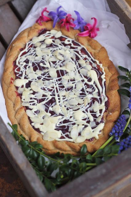 Smakowity Blog Kulinarny: Mazurek z białą czekoladą i dżemem malinowym