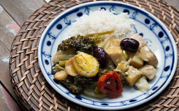 PORTUGAL: Bacalhau à portuguesa, prato tradicional leva batatas, azeitonas, brócolis e tomates no azeite