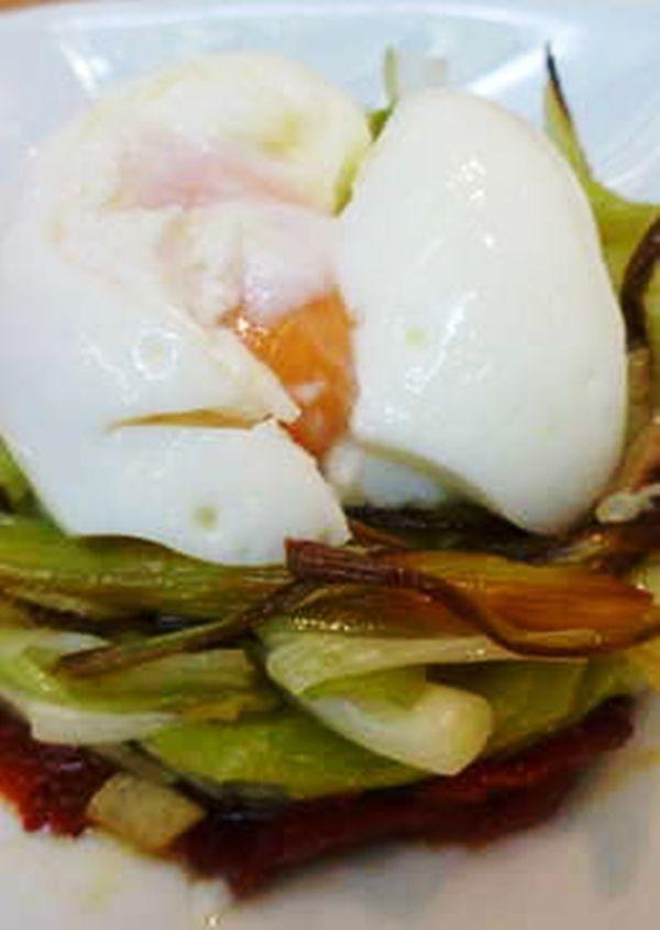 Esta receta de huevos escalfados acompañado con pimiento, papas y tomate