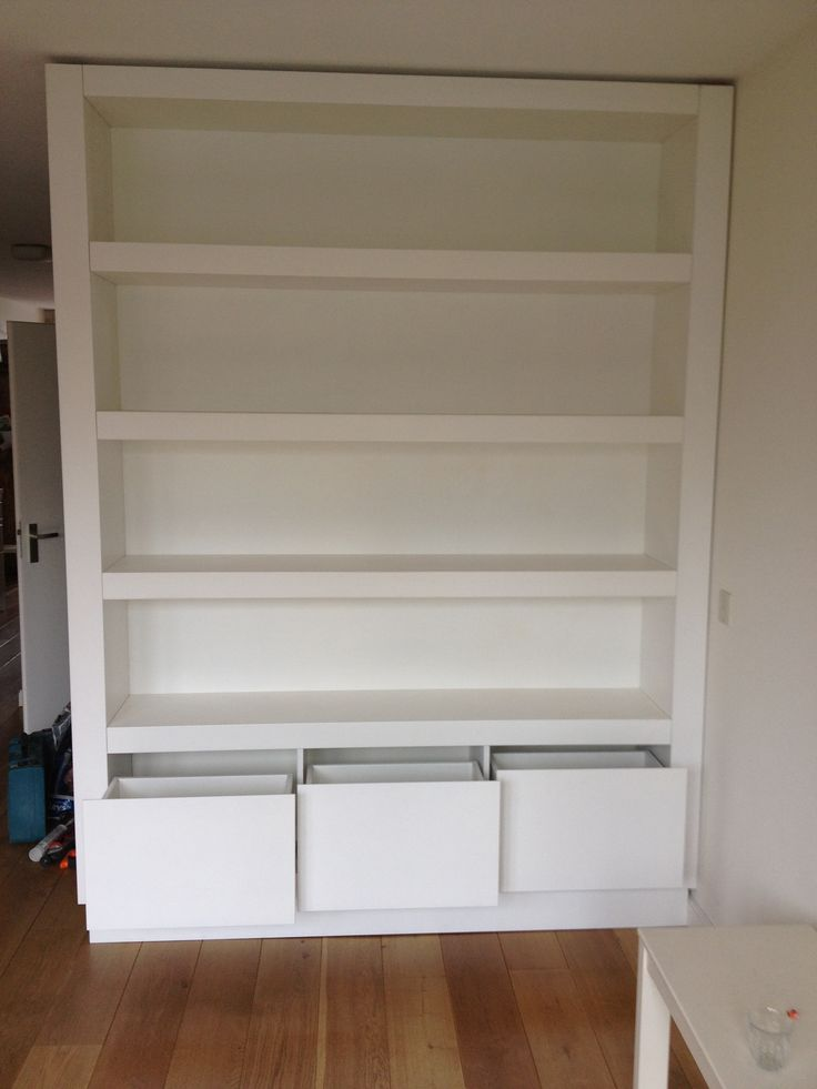 Boekenkast modern met drie ladenblokken onderin
