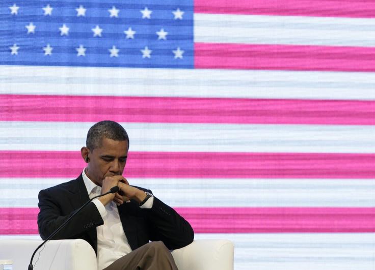 Barack Obama muy pensativo escuchando a Juan Manuel Santos y Dilma Rousseff en la Cumbre de Empresarios.     Entre otras cosas, el mandatario dijo que el continente debe dejar de culpar a Estados Unidos de todo lo malo que ocurre en la región. Foto AP.