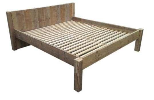 Klein Slaapkamer Bankje : Bed van steigerhout voor twee personen. Bed ...