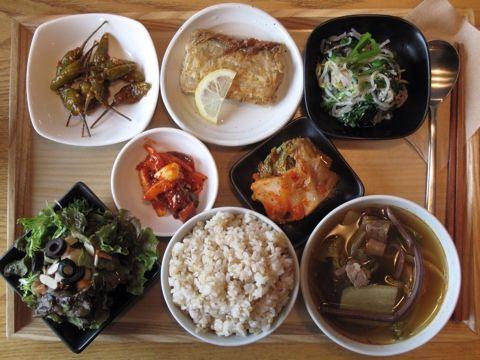 2012년 11월 28일 수요일 그때그때밥상입니다. 육계장, 갈치구이, 숙주&쑥갓나물, 고추 장아찌, 낙지젓갈, 양파드레싱 샐러드, 현미밥.