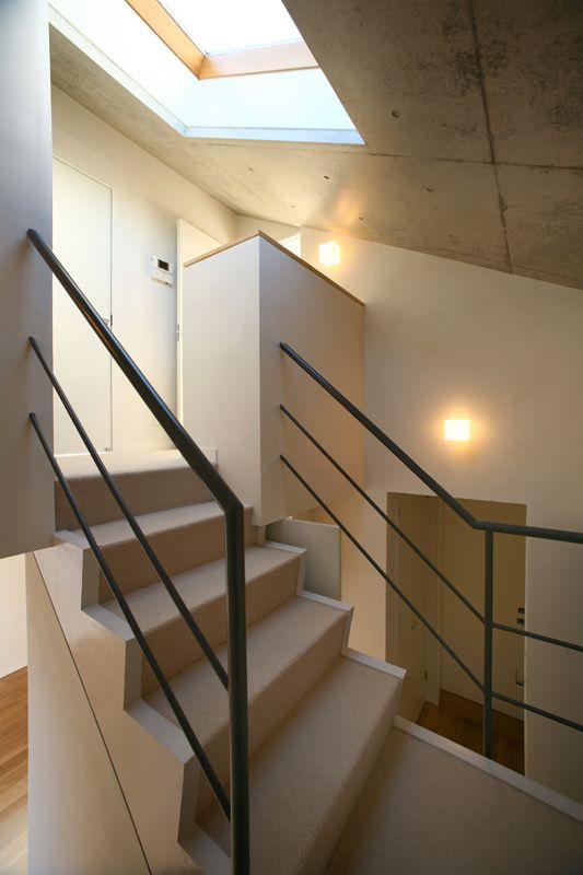 目黒区の鷹番にあるRC造(鉄筋コンクリート造)で建てられた3階建ての注文住宅の作品事例です。コンクリート打ち放しのデザインテイストで、トップライトから光をとりいれた明るい空間の住宅です。