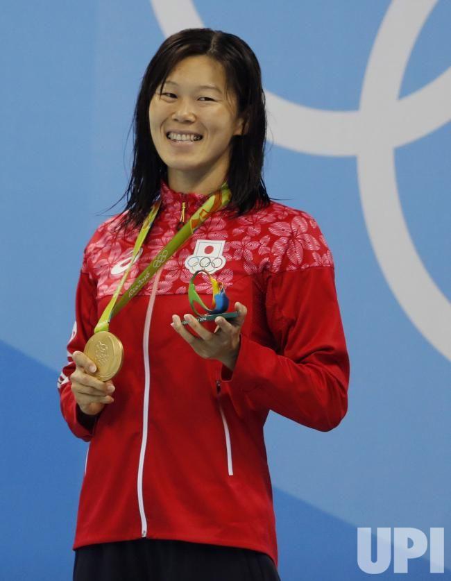 Rie Kaneto smiles holding her gold medal at Rio Olympics. Vann 200m bröstsim på tiden 2.20.30, silver Julia Efimova, Ryssland 2.21.97 och Brons Jinglin Shi, Kina 2.22.28.