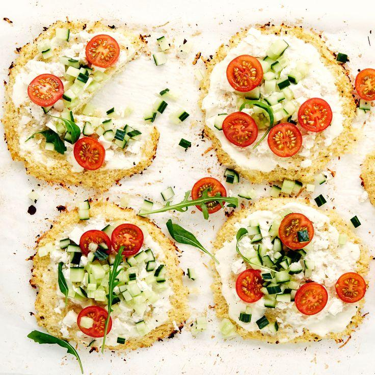 Kukkaalimurusta ja juustoraasteesta syntyy hieman erilainen pizzapohja. Voit täyttää pienet kukkakaalipizzat haluamallasi tavalla. Resepti vain noin 1,95 €/annos*.