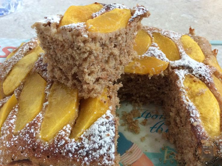 Cake integral to the microwave with peaches and walnuts