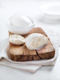 ヨーグルトにひと手間くわえると!?「焼きヨーグルト」でモッツァレラチーズを作る方法♡ 濃厚でもっちりしたモッツァレラチーズが家にあったら、おつまみやサラダにさっと使えて便利ですよね。モッツァレラチーズがもし家にない場合でも、家にある他の食材で代用できたら、いざというとき便利ですし、楽しみも倍増します!その代用食材とは、なんと「ヨーグルト」。