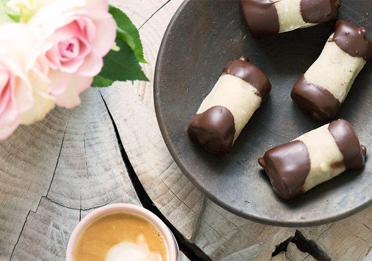 Hjemmelavede lækre træstammer med trøffelmasse rullet i marcipan og dyppet i chokolade er et hit og nemt at lave selv - få opskrift