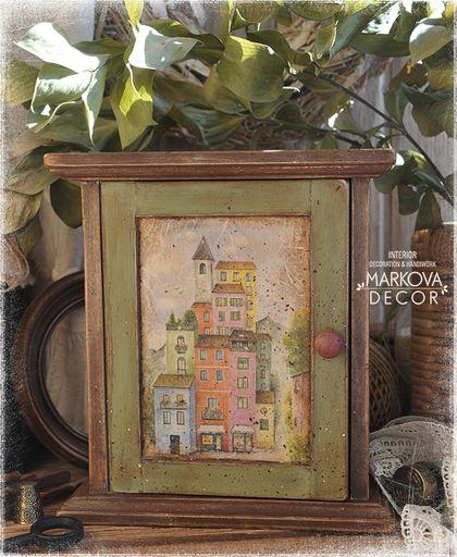`Я бы хотела жить в маленьком городе...` ключница. РАБОТА в РЕЗЕРВЕ до 25 марта    Я бы хотела, ох как сильно хотела б я ... жить в маленьком городе возле узкой реки... Чтобы домики пёстрые, чтоб деревья высокие, чтобы комната окнами прямо в розовый сад...