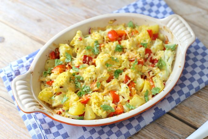 Zin in een lekker recept met bloemkool? Maak dan eens deze bloemkoolovenschotel met aardappel, paprika en kerrie. Super lekker en simpel te bereiden.