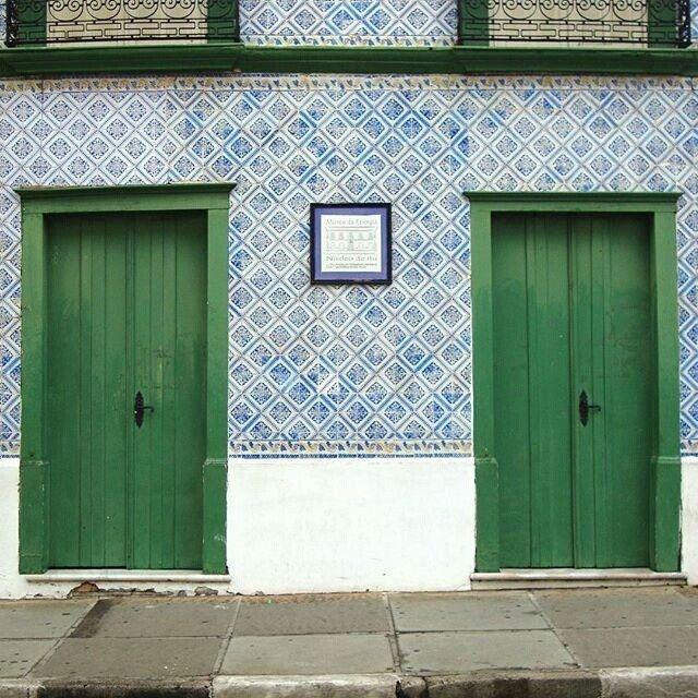 Vamos abrir as portas para um novo dia! Desculpa, pessoal - trocadilho irresistível. Brincadeiras à parte, a turma do Taguá Arquitetura @tagua.arq saiu de Cabreúva, deu um rolê em Itu e capturou essa imagem linda. Cadê sua #arqporta? Mostra pra gente! #arquitetura #revistaaec #porta #doors #regram