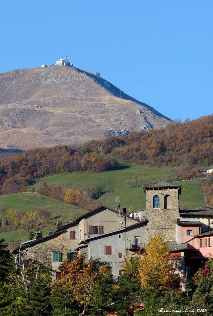 Il castello di Fanano con il Monte Cimone di sfondo