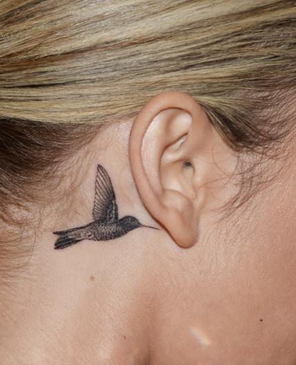 Sarah Hyland has a tiny hummingbird behind her ear.