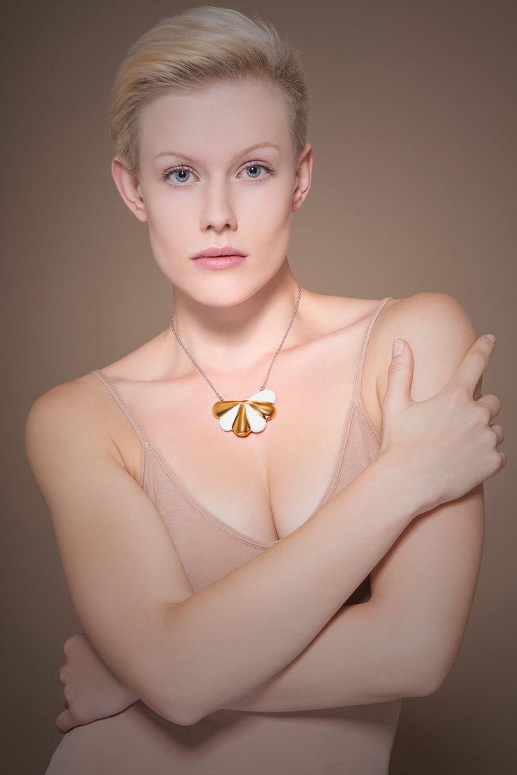 """Porcelain Soul (golden) """"Porcelánový náhrdelník výrazný i jemný zároveň. Harmonický soulad bílého porcelánu a kovového lesku. SouLadění."""" Velikost 3 x 5,5 cm. Porcelán Mont Blanc pálený na 1250°C. Dekorované zlatem na porcelán (preparát drahého kovu s vysokým obsahem zlata), vypáleno na 780°C. Zavěšeno na kvalitním řetízku z nerezové oceli (stainless steel 304) - ..."""