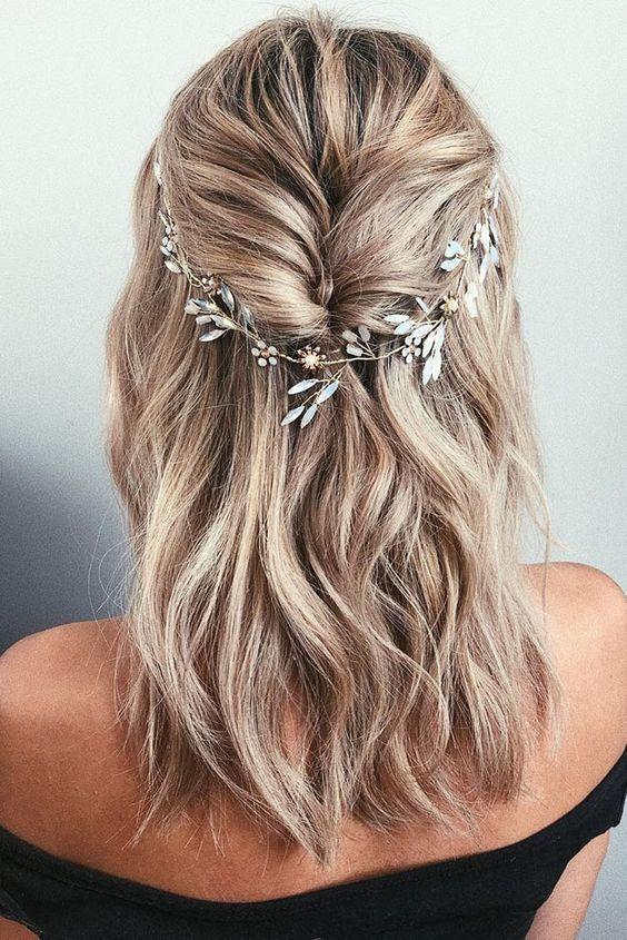 Découvrez ces coiffures de mariage cascade de cheveux longs avec la vigne tête…
