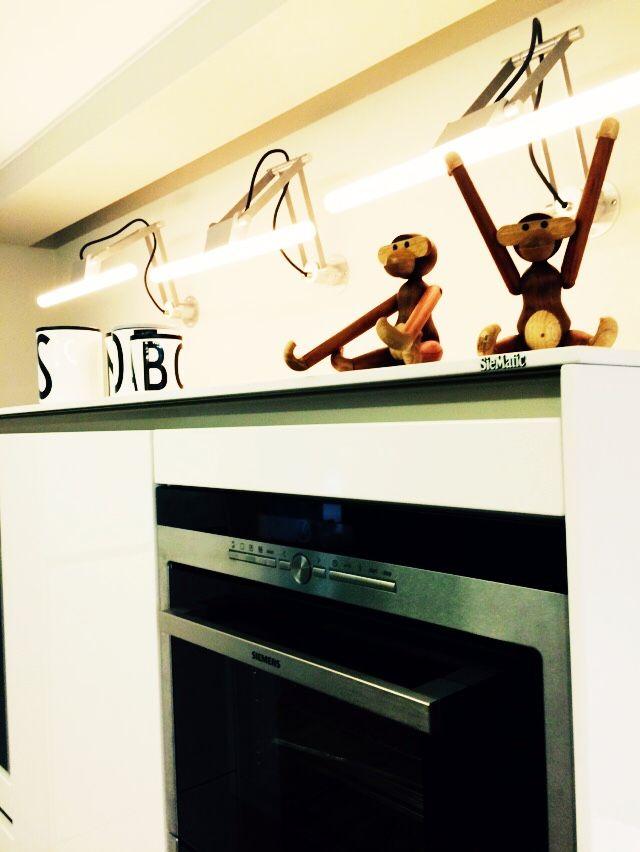In dieser Küche haben ausschließlich skandinavische Firmen zur Dekoration verwendet wie Normann Copenhagen, Design Letters, Menu, Stelton und Iittala. Der architektonische und schlichte Charakter der Küche wird so unterstrichen. Zu sehen sind hier der Affe von Kay Bojesen und die schönen Aufbewahrungsgefäße von Design Letters aus Porzellan