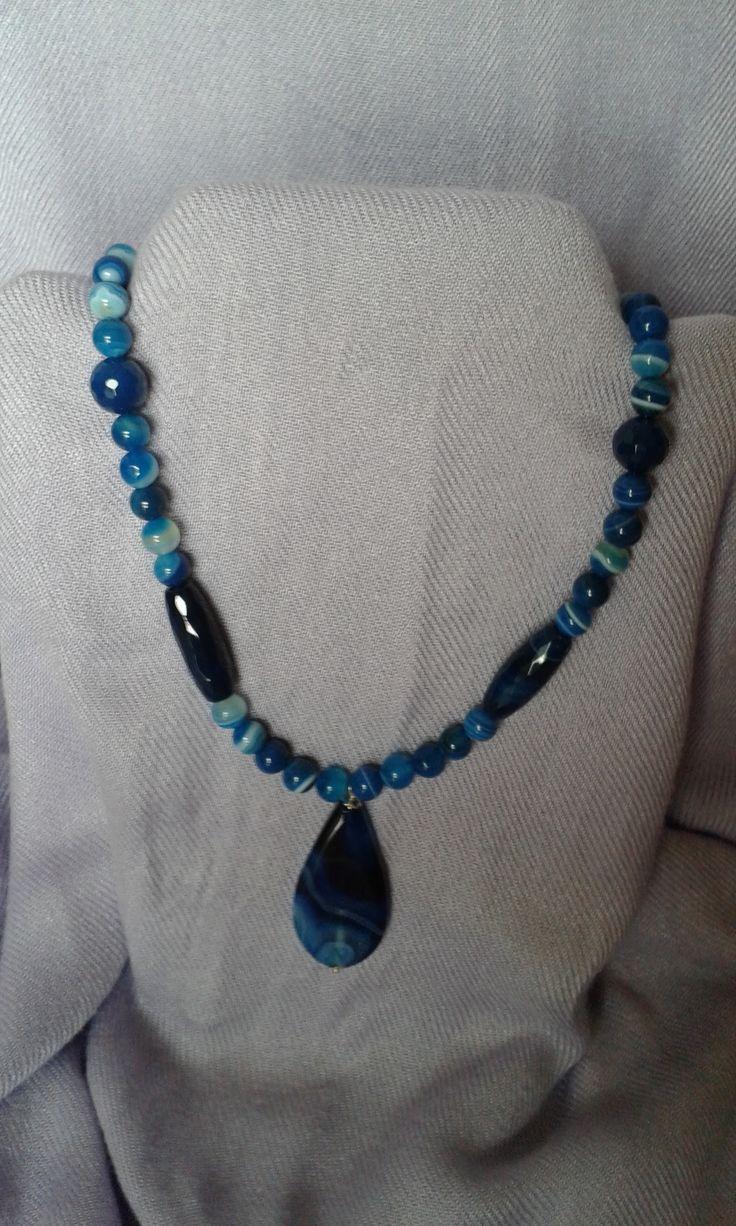 collana agata blu con pendente a goccia. chiusura in argento lunghezza 53 cm