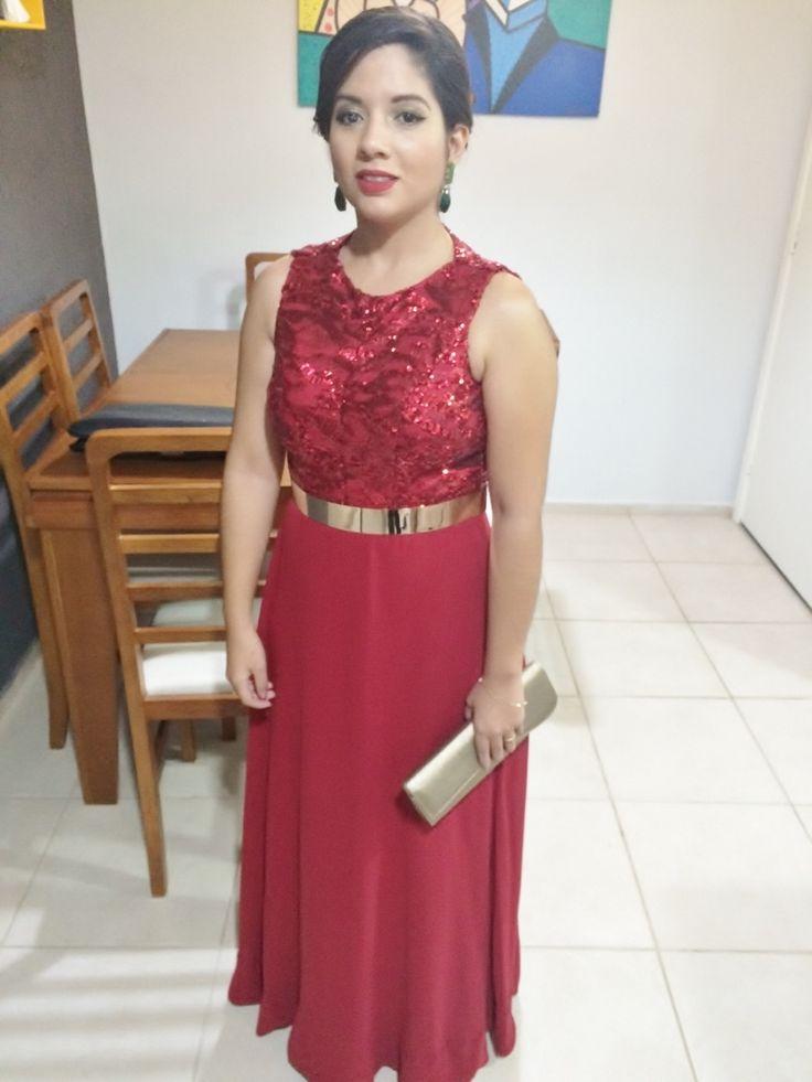 Madrinha de casamento com vestido vermelho e acessórios verdes