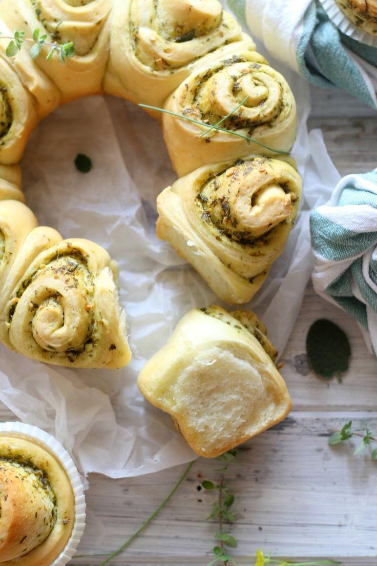 Il pane al pesto di erbe aromatiche è un pane super morbidissimo, dall'odore irresistibile e il sapore delicato e de...