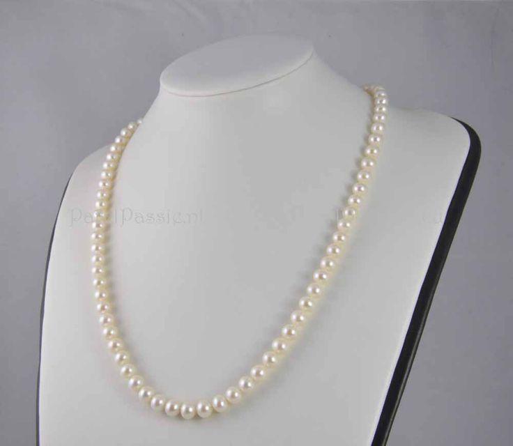 Lang parel collier ca. 60 cm met gouden slotje. Prachtige AAA kwaliteit zoetwaterparels. Die koop je bij de pareljuwelier, ParelPassie.nl