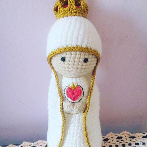 Leve o Sagrado coração de Maria para abençoar seu lar!   Pattern by Marcia Scarpelli    #santinha  #sweetstitches #faith #maria #sagradocoraçao #saint #crochetreligious