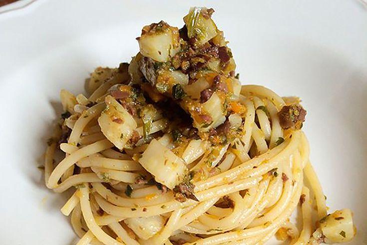 Gli spaghetti al sedano rapa sono un'incredibile sorpresa, un piatto vegano e salutare che piacerà a tutti i vostri commensali.
