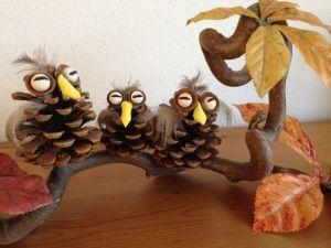 Uiltjes knutselen is een leuk knutselwerkje voor in de herfst! Als je in een bosrijke of boomrijke omgeving woont zijn dennenappels ook nog eens omhanden. Met dennenappels, een stukje papier, kraaltjes en wat veertjes en blaadjes is uiltjes..... http://kinderknutseltips.nl/uiltjes-knutselen-herfst-knutseltip/