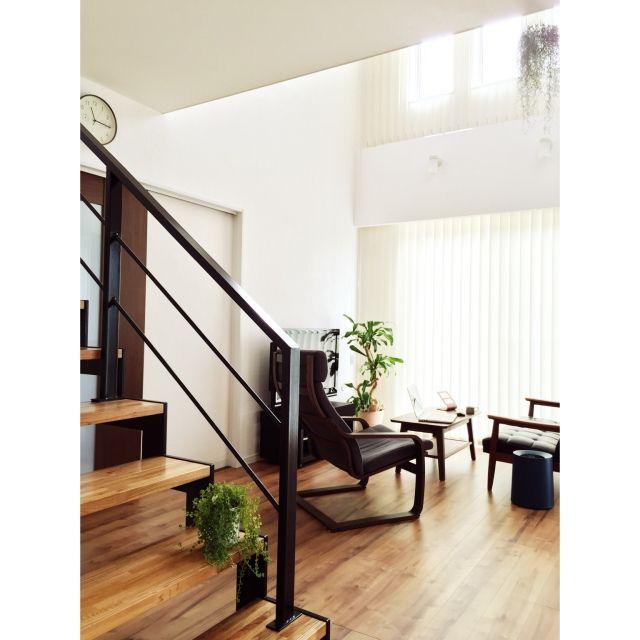 gulukunさんの、LIXIL引き戸,オープン階段,アイアン手すり,カリモク60,IKEA,エアプランツ,グリーンのある暮らし,観葉植物,吹き抜け,バーチカルブラインド,漆喰壁,シンプルインテリア,シンプル,LIXILフローリング,LIXIL,部屋全体,のお部屋写真