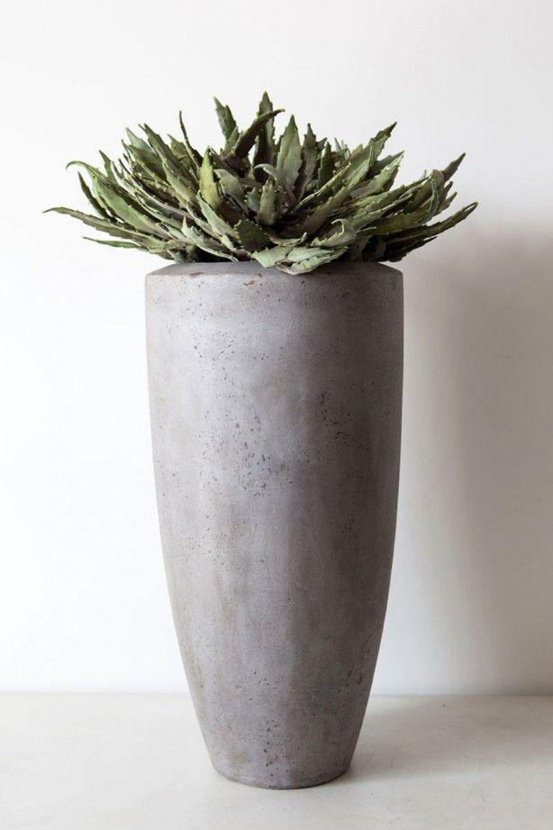 Hoge vaas/pot voor in huis. Deze vaas/pot geeft uw woning een landelijke sfeer. U kunt hem binnen maar ook buiten neerzetten. Voor de prijs en maat van deze vaas kijkt u op